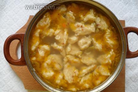 Варим суп ещё 7 минут и снимаем с огня. Перед подачей можно посыпать суп зеленью. Приятного аппетита!