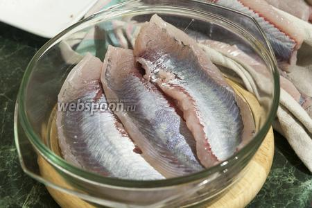 Выкладываем первый слой рыбы на соль.