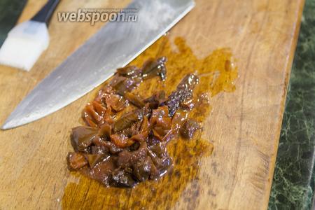 Вяленые томаты достаём из ароматного масла и режем мелкими кусочками.