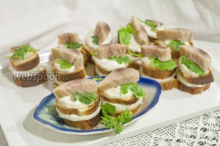 Канапе из томатного хлеба, скумбрии и дайкона