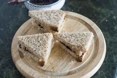Сверху — ещё 1 кусок хлеба. Смажем и его вишнёвым соусом.
