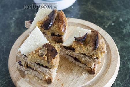 Верхний слой — террин с запечённым яблоком и с пластинкой твёрдого сыра.