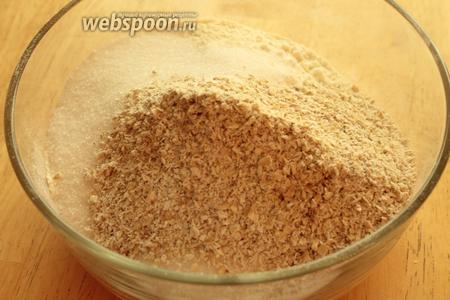 Просеять в миску муку вместе с разрыхлителем, содой, положить соль, сахар и овсяную муку. Перемешать.