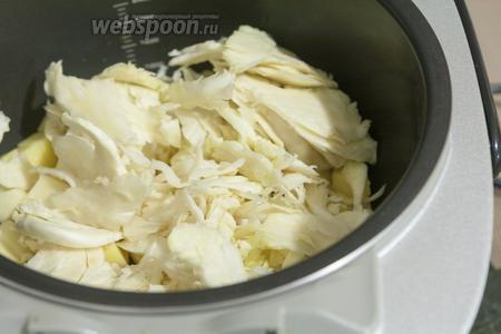 Добавляем нашинкованную соломкой капусту.