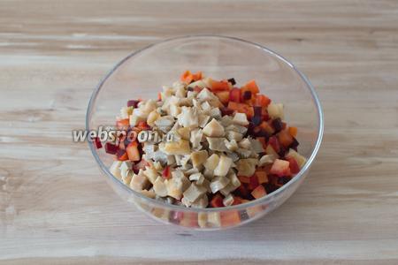 Переложите сваренные овощи в миску, добавьте  порезанные солёные грибы и мелко порезанный красный лук.