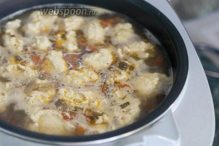 Перемешиваем суп с фрикадельками и ждём окончания программы (за 10 минут маленькие изделия из фарша полностью проварятся).