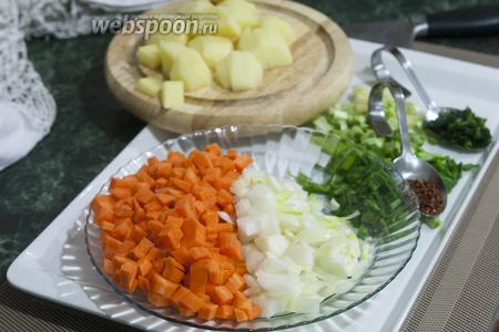 Нарезаем все овощи.