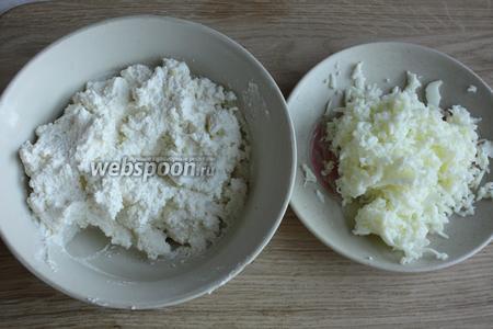 Яйцо чистим, белок трём на мелкую тёрку, желток перетираем. Подготовленный творог делим на 3 части.