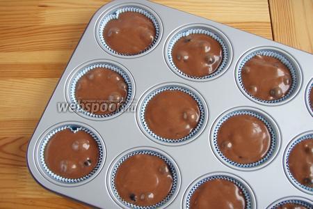 Тесто распределяем по бумажным формам для кекса, почти под верх, и отправляем в заранее разогретую до 180°С духовку на 25 минут.