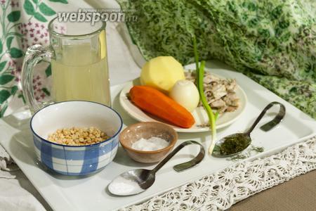 У нас готов бульон из домашней курочки без кожи. Также достанем лучшие куски мяса из этого бульона, чтобы их нарезать в суп для малыша. Овощи вымыты, очищены и бланшированы.