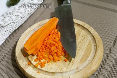 Сочную морковь режем самым мелким кубиком.