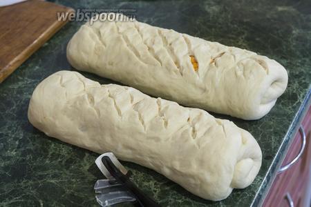 Делаем диагональные надрезы-сетку при помощи острого ножа или специальной пекарской бритвы.