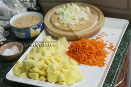 Лук и картофель нарежем, а морковь натрём на крупной тёрке.