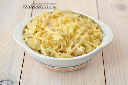 Уложите макароны в форму, посыпьте сыром и панировочными сухарями. На этом этапе мак энд чиз можно заморозить. Я разложила в 4 формы: 1 приготовила на обед, а 3 отправила в морозильник.