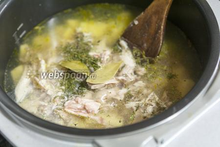 Добавим к нашему супу измельчённый ароматный перец и готовый куриный бульон.