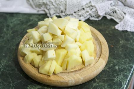 Картофель режем средними кусками.