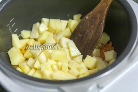 Добавляем к пассеровке картофель.