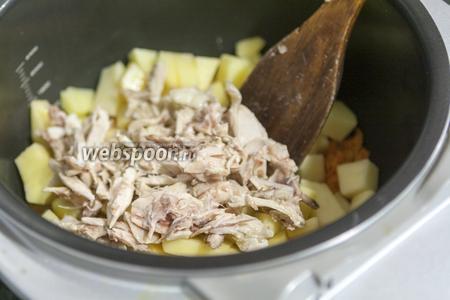 Теперь очередь мелких кусочков отварного куриного мяса.