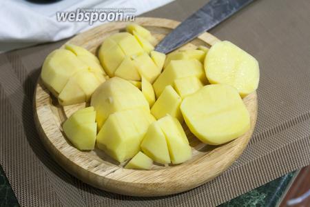 Нарезаем картофель.