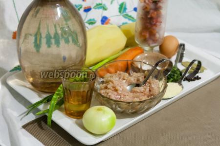 Фарш из курицы без кожи сделан на средней решётке электромясорубки. Овощи очищены и вымыты. Поэтому мы можем приступать к приготовлению супа картофельного с фрикадельками при помощи мультиварки.