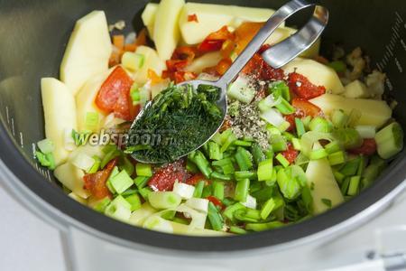 Добавим ароматный перец вместе с резанным замороженным укропом.