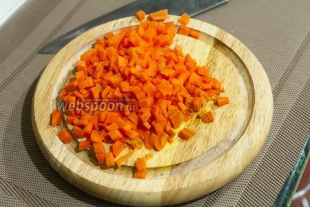 Крупную морковь режем мелким кубиком.