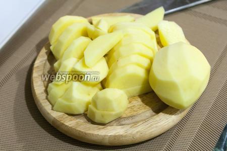 Картофель нарезаем крупными дольками.