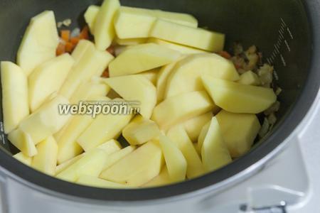 Перемешиваем пассеровку и закладываем в мультиварку картофель.