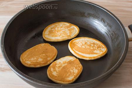 Разогрейте сковороду, слегка смажьте её растительным маслом, выкладывайте тесто ложкой и жарьте оладьи на умеренном огне под крышкой, до румяного цвета.