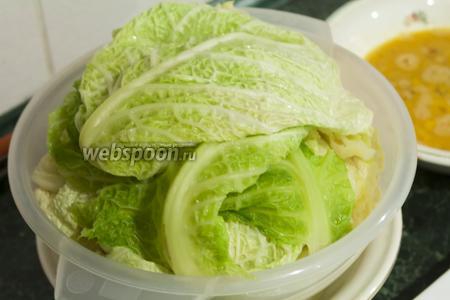 Поместим капустные листы в дуршлаг, чтобы они были ещё более сухими.