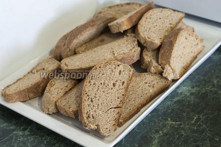 Цельнозерновой хлеб разрезаем на куски и сушим в духовке.