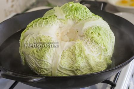 Мы готовили гигантский вилок капусты, для которого был мал пятилитровый вок, поэтому овощ нужно было периодически переворачивать на разные бока.