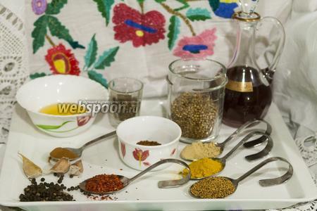 Соберём все специи, которые нам нужны для Мадрасского карри острого. Смесь Гарам Масала мы приготовили заранее. Выбор растительного масла можно варьировать — мы пробовали готовить на оливковом, кукурузном, подсолнечном и из виноградных косточек.