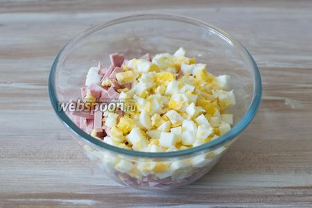 Порежьте 2-3 яйца и также добавьте в миску.