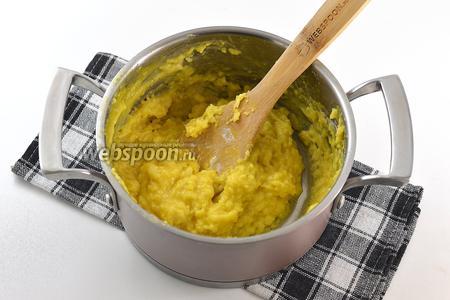 Вот такое будет тесто после вмешивания яиц.