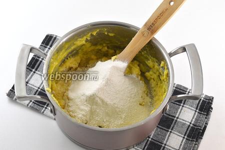 Вмешать часть муки. Сначала тесто вымешивать с помощью ложки. А потом уже домешивать руками. Муки постепенно добавляйте столько, чтобы получилось мягкое пластичное тесто.