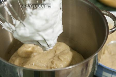 Постепенно вводим взбитые белки в пышное яблочное пюре.