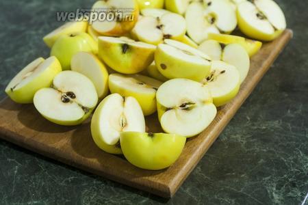 Яблоки моем, обсушиваем, разрезаем пополам.
