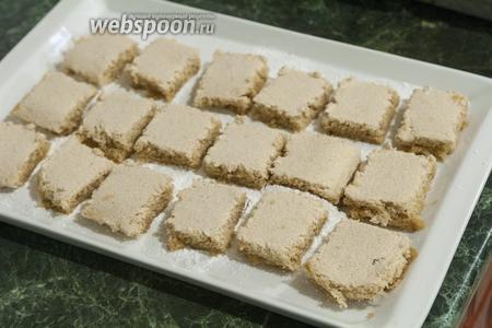 Аккуратно выкладываем квадратики на блюдо с сахарной пудрой.