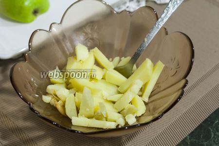 Теперь очередь брусочков отварного картофеля.