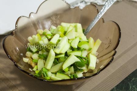 Кислое яблоко отлично дополнит салат и сделает его более сочным.