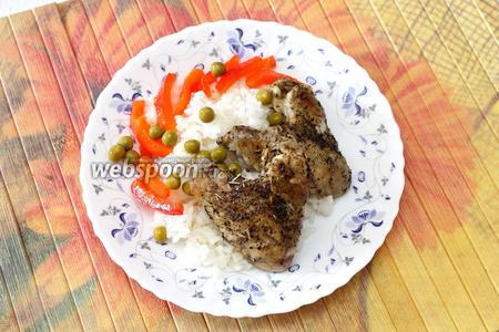 На тарелку выкладываем рис с запечённой курицей. Посыпаем сладким перцем и процеженным зелёным горошком. Подаём курицу по-испански горячей. Приятного аппетита!