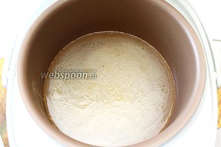 Крылья вынимаем на тарелку. В чашу, где обжаривалась курица, выкладываем промытый рис и заливаем его водой. Солим по вкусу.