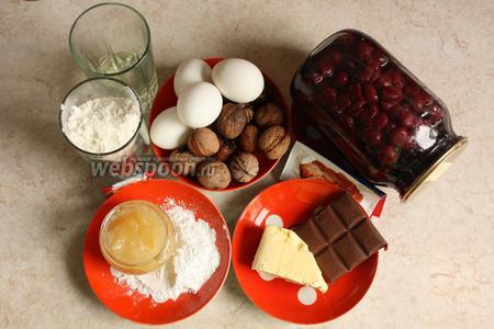 Торт съедается легко! А как иначе. В нём, кроме вишни, есть грецкие орехи, шоколад, мёд, алкоголь, яйца. Кто же поспорит против такого набора.