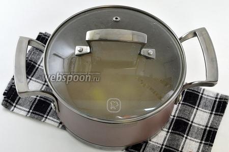Закрыть крышкой. Укутать в тёплое одеяло или  поставить в тёплую духовку на 20 минут.