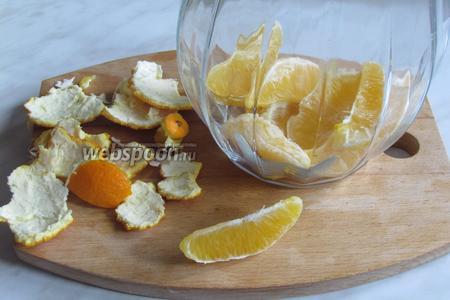 Апельсины почистить и, разделив на дольки, положить в кувшин.