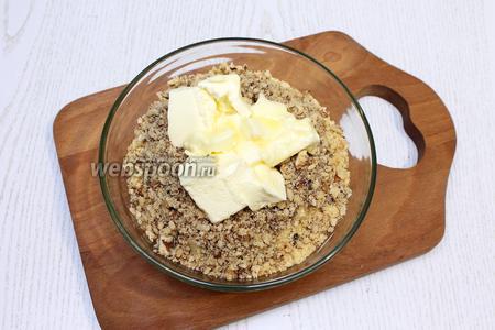 Добавляем к печенью масло мягкое и измельчённые орехи. Перемешиваем.