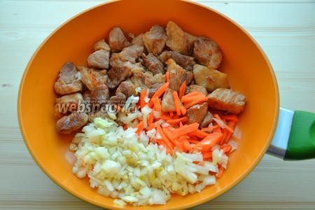 Добавляем в сковороду с мясом порезанные морковь и лук, обжариваем где-то минут 5, затем добавляем порезанные мелко помидорки, обжариваем ещё минут 5. С помидор нужно предварительно снять кожицу, положив их в кипяток на несколько минут.