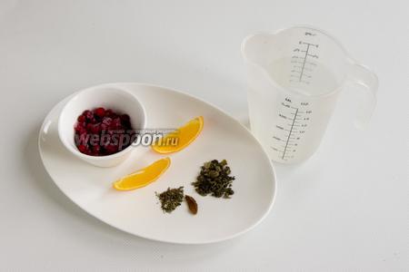 Подготовьте чистую воду, 2 дольки апельсина, бруснику, небольшой кусочек коры корицы, чайную ложку зелёного чая и 1 щепотку сушёной мяты,