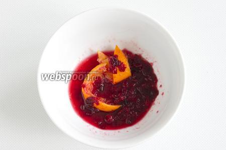 Ягоды брусники необходимо размять вместе с дольками апельсина. Это можно сделать непосредственно в заварочном чайнике или в отдельной миске.
